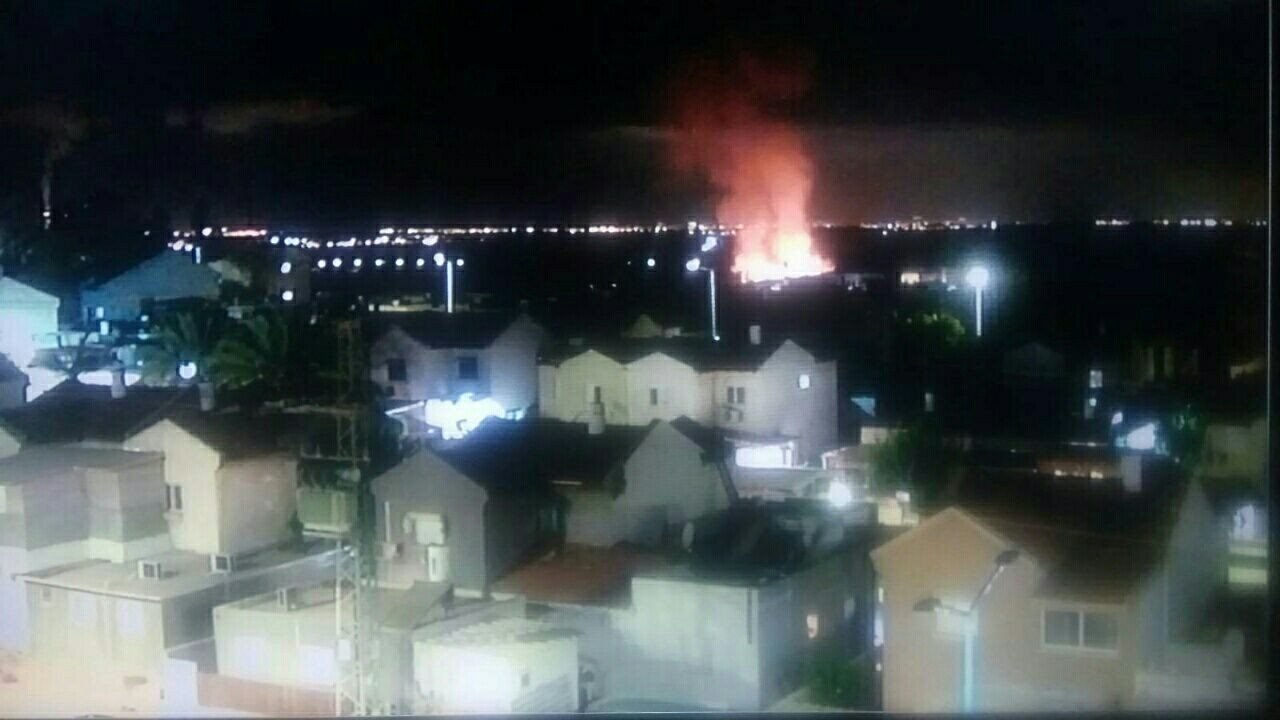 من مكان سقوط القذيفة قرب سديروت (ناشطون)