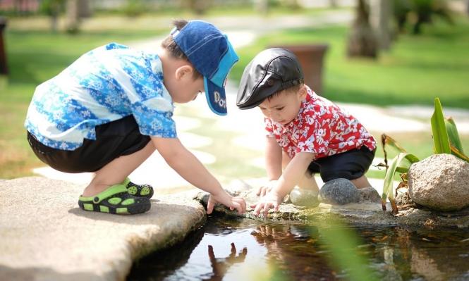 الأخ الأكبر يُعيق تطور المهارات اللغويّة لشقيقه الأصغر