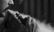 تحذيرات من تدخين السجائر الإلكترونيّة لتسببها بمرض رئوي خطير