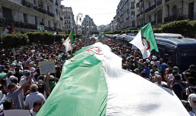 الجزائر: مشروع قانون يُلزم الرئيس بحيازة شهادة جامعية