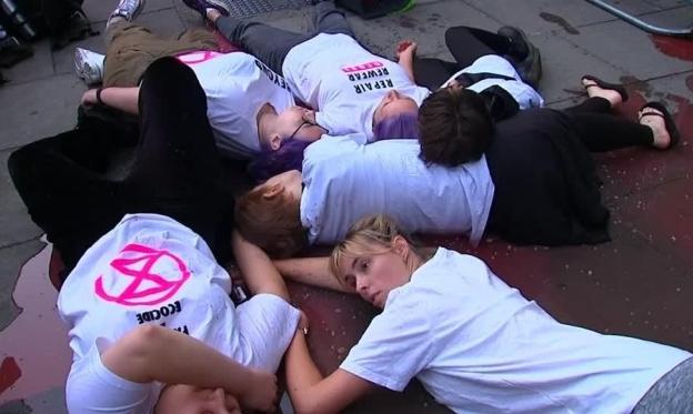 نشطاء المناخ يعطلون أسبوع الموضة في لندن