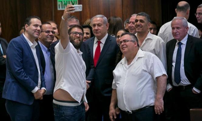 """نتنياهو وأعضاء في الليكود بعد سن """"قانون القومية"""" (أ ب)"""