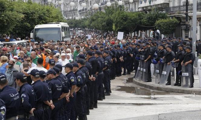 محكمة جزائرية تقضي بسجن متظاهرين قبل كلمة للرئيس المؤقت