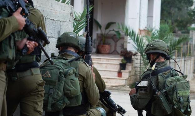 اعتقالات بسلواد واقتحام منازل عائلات أسرى بالخليل