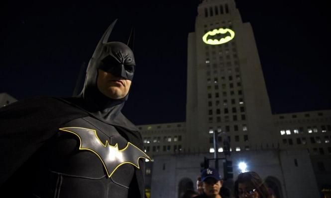 """إضاءة لشارات الخفافيش الشهيرة للاحتفال بالذكرى السنوية الخاصة لـ""""باتمان"""""""
