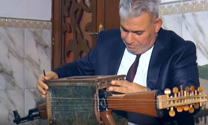 """مدرس عراقي يحول سلاح """"كلاشينكوف"""" لآلة موسيقية"""