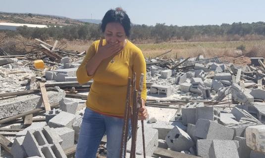 زائدة هيب تبكي منزلها الّذي هدمته سلطات الاحتلال في شفاعمرو
