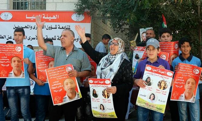 البيرة: ناشطون يغلقون مقر الصليب الأحمر مطالبين بإنقاذ العربيد