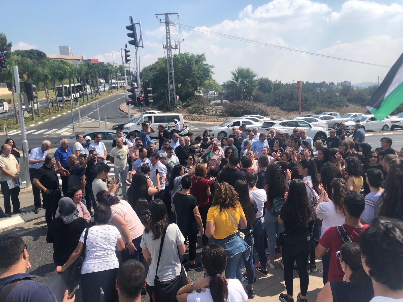 متظاهرون يغلقون شارعا بالناصرة احتجاجا على العنف والجريمة