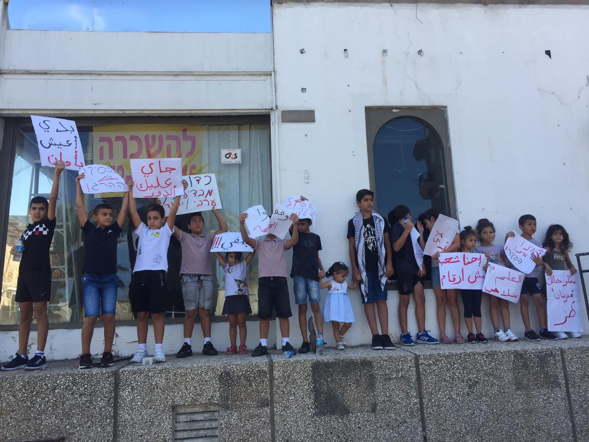 استمرار التظاهرات الرافضة للعنف في مداخل البلدات العربية