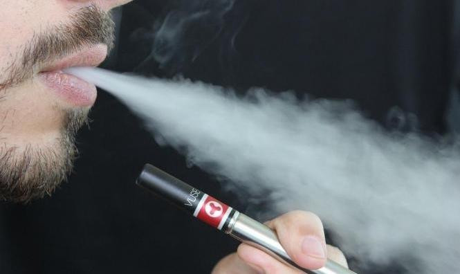 """غزة: منعُ استيراد وتصنيع السجائر الإلكترونية لأنّها """"بديل القاتل"""""""