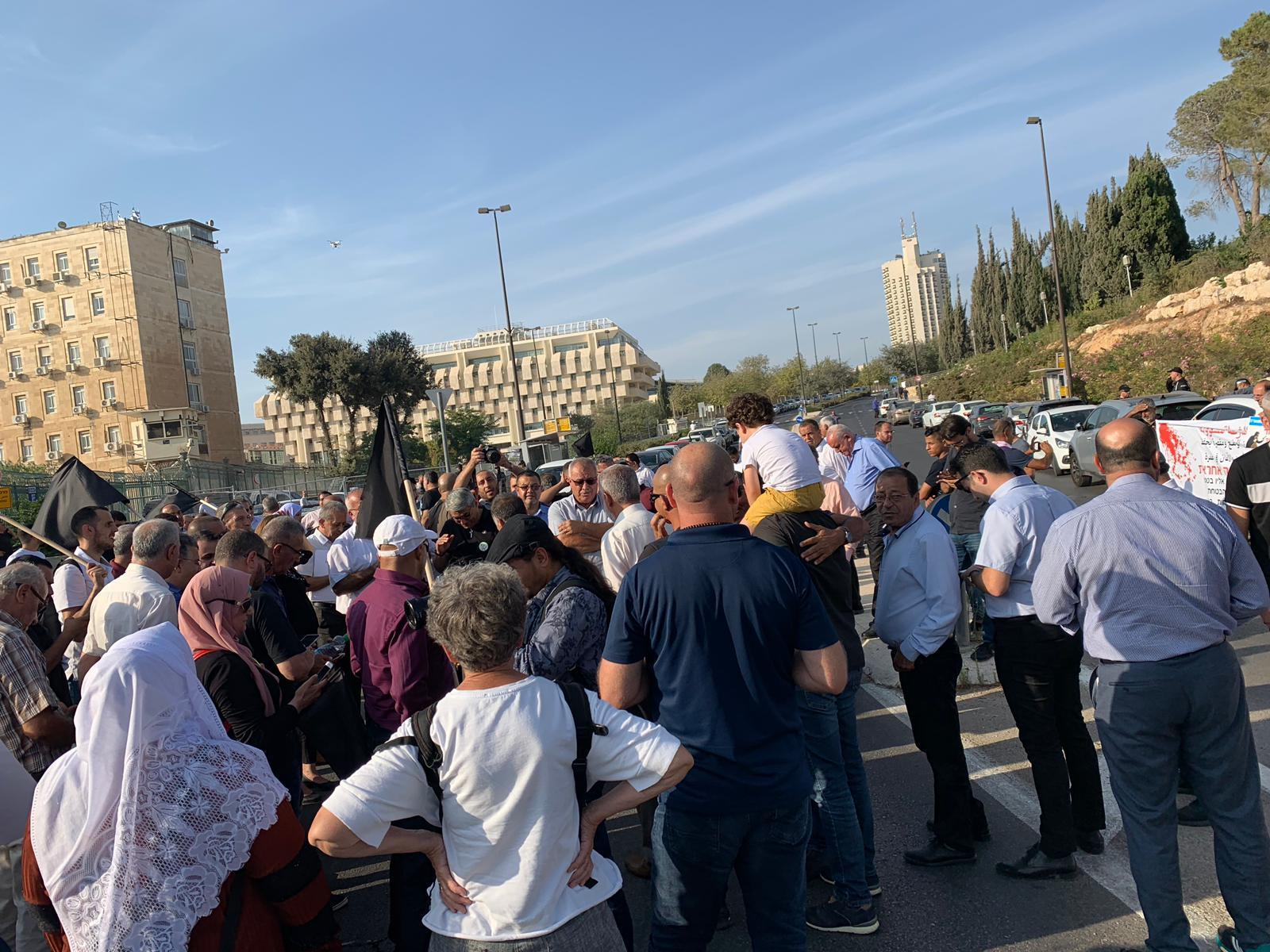قافلة احتجاجية ومظاهرة أمام المباني الحكومية ضد العنف والجريمة