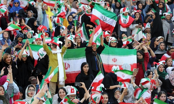 المشجعات الإيرانيات يجتحن الملاعب لأول مرة منذ 40 عاما