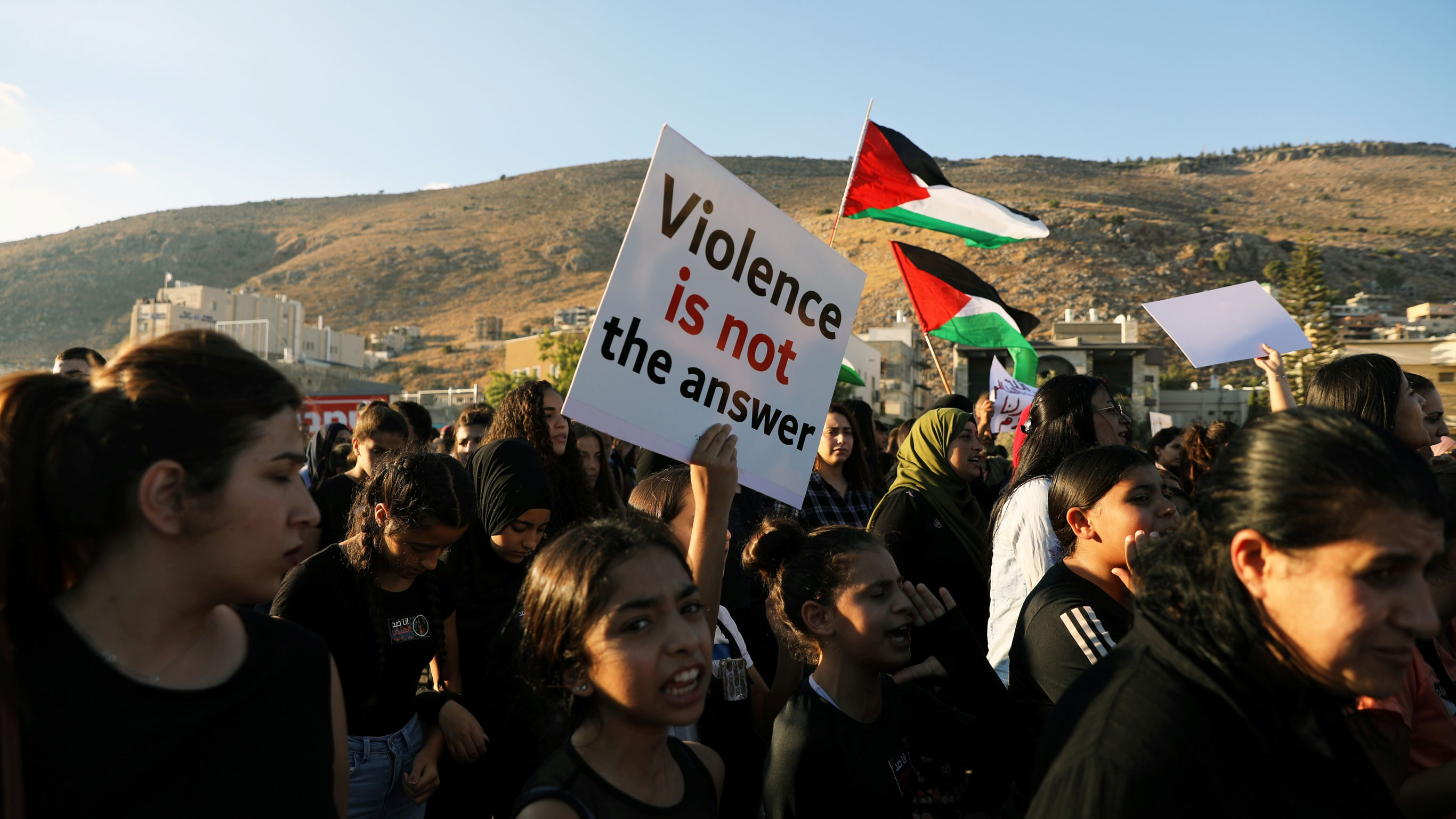 من مظاهرة مجد الكروم المناهضة للعنف والجريمة وتواطؤ الشرطة (رويترز)