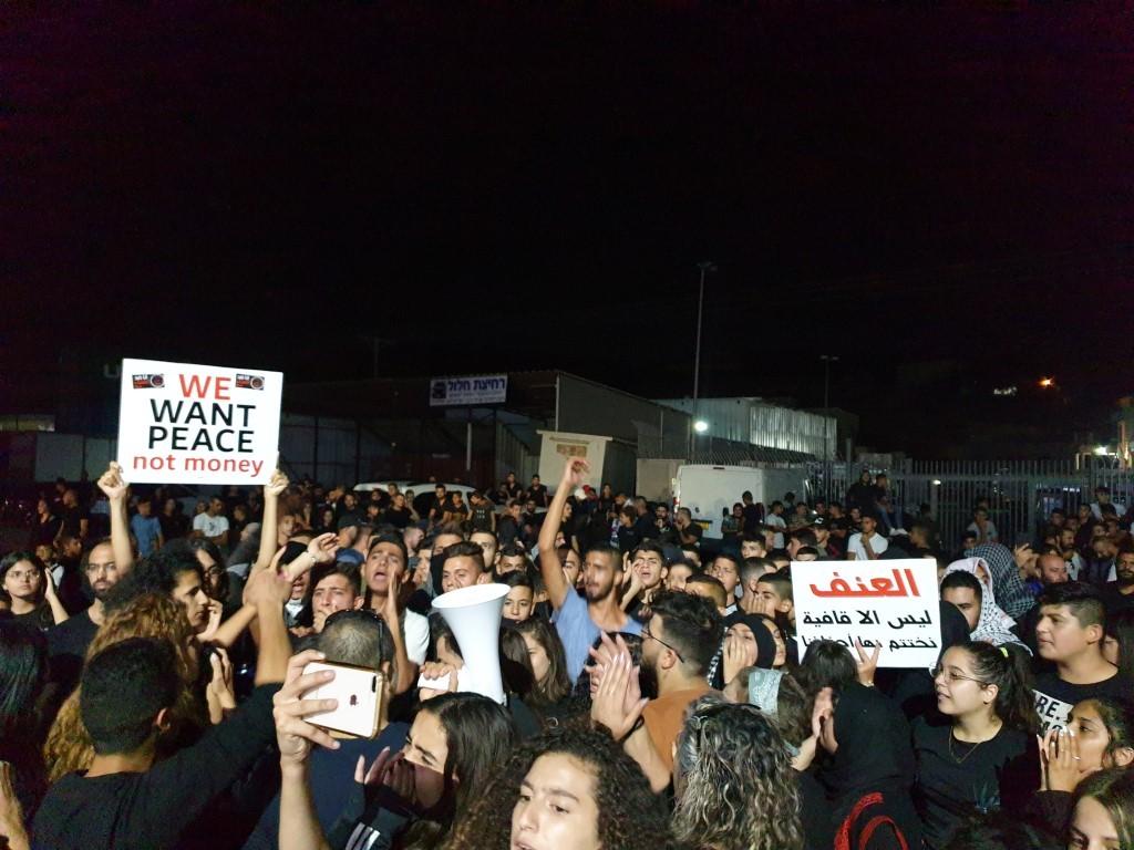 من التظاهرات المستمرّة أمام مركز الشرطة في مجد الكروم (عرب ٤٨)