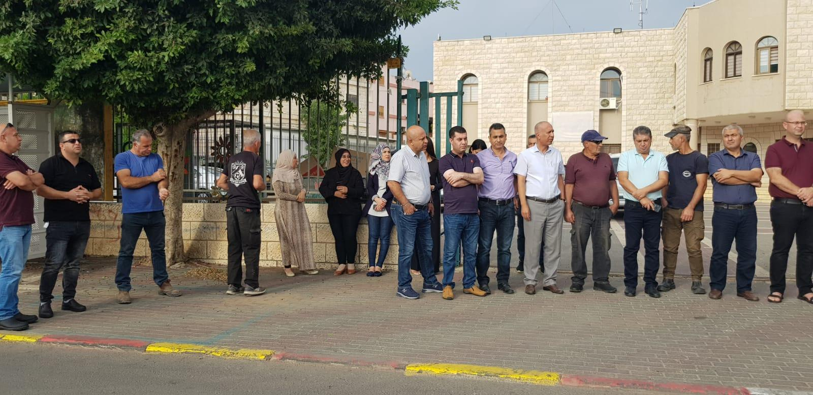 كفر مندا: وقفة احتجاجية ضد الاعتداء على بناية المجلس