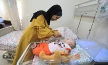 """""""أم متطوّعة"""" للعناية بطفل غزّي بعلاجه بعد منع الاحتلال حضور والدته"""