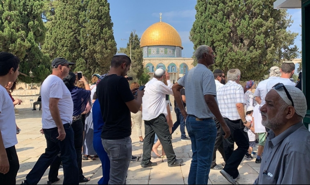 الإفراج عن خطيب الأقصى وإبعاده عن المسجد