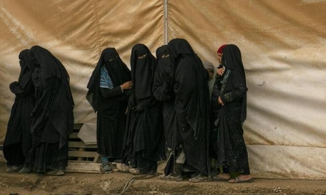 """فرار المئات من مسلحي """"داعش"""" والتنظيم يعلن """"تحرير"""" عشرات النساء"""