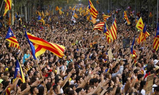 كاتالونيا: مواجهات عنيفة في مظاهرة مئات الآلاف من الاستقلاليين