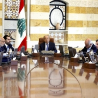 """لبنان ينتفض: 10 مطالب والحكومة تقرّ """"إصلاحات"""""""