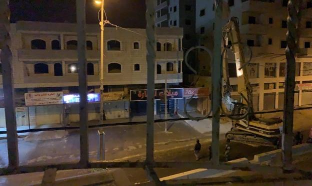 هدم منزل عائلة الشهيد خليفة بقلنديا واعتقالات بالضفة