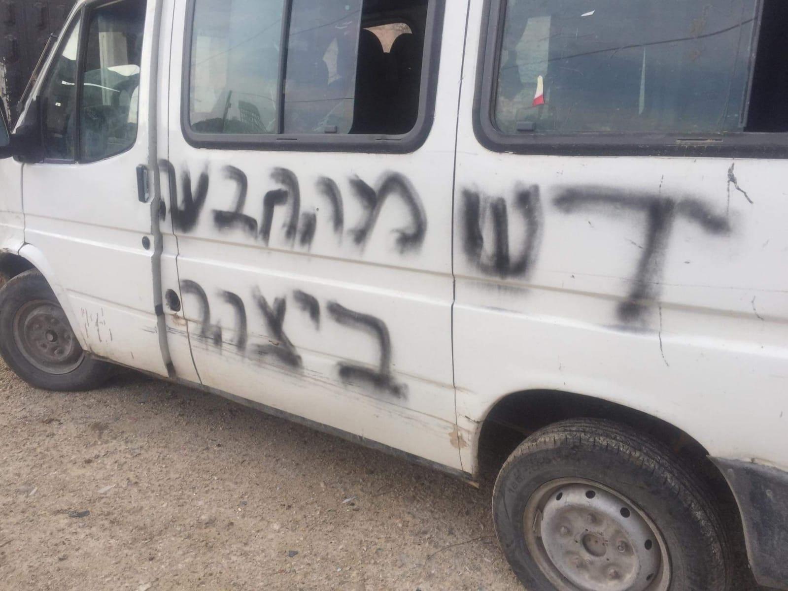 اعتداءات المستوطنين: إعطاب مركبات وشعارات عنصرية وطقوس تلمودية بالضفة