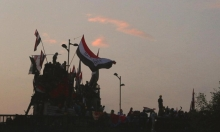 العراق: محتجون يرفعون علم البلاد فوق قنصلية إيران