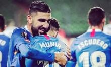 دبور يتوهج ويقود إشبيلية للتأهل في الدوري الأوروبي