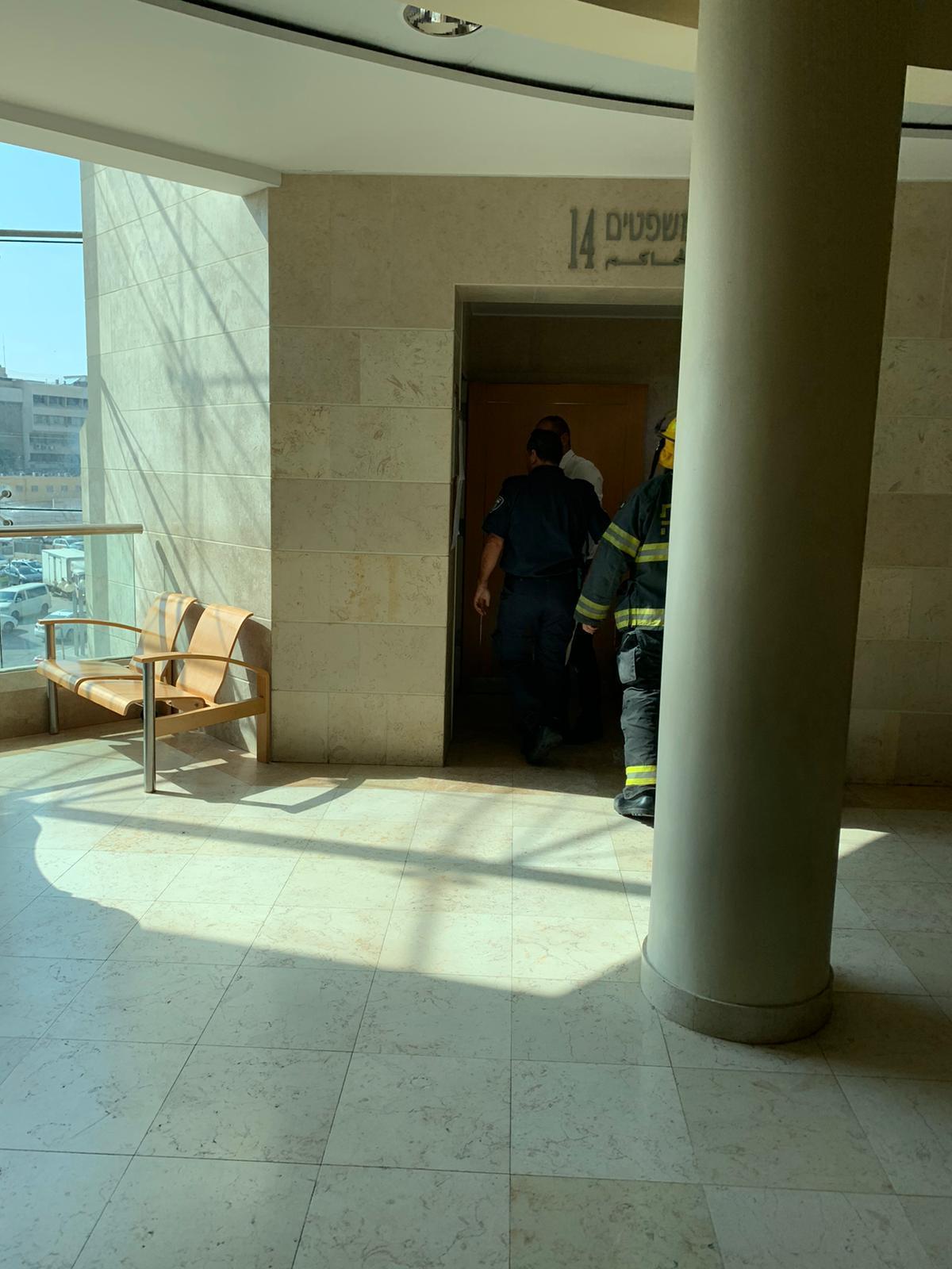 متهم يحرق نفسه في قاعة المحكمة ببئر السبع