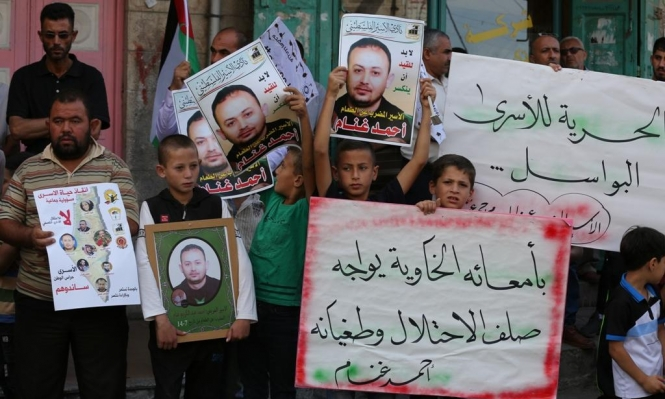 """معاناة الأسرى تتجدد بـ""""عتصيون"""" وتواصل الإضراب عن الطعام"""