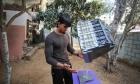 غزة: شاب يتحدّى قوانين الطبيعة بملاعبة أثاث منزله