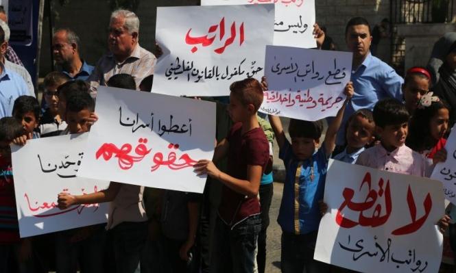 المحررون المقطوعة رواتبهم من السلطة يواصلون الإضراب