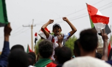 السودانيّون يتظاهرون أمام مجلس الوزراء