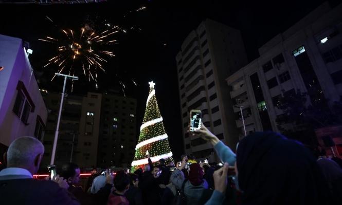 غزة: إضاءة شجرة الميلاد بمشاركة العشرات