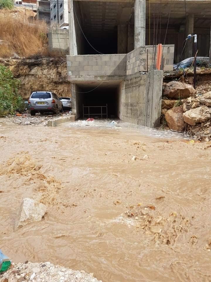 أم الفحم: مياه الأمطار تتدفق بغزارة وتعيق حركة السير