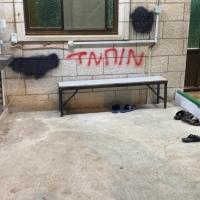 """عصابة """"تدفيع الثمن"""" تعتدي على سيارات ومسجد قرية منشية زبدة"""