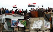 العراق: متظاهرون يقتلون شابا ويعلقونه على عمود في بغداد
