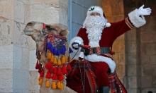 بابا نويل يجول حارات القدس على الجمل