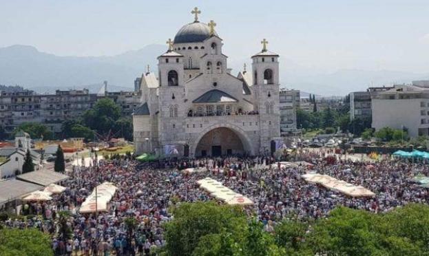 صربيون يحتجون رفضًا لقانون يسلب الكنيسة ممتلكاتها
