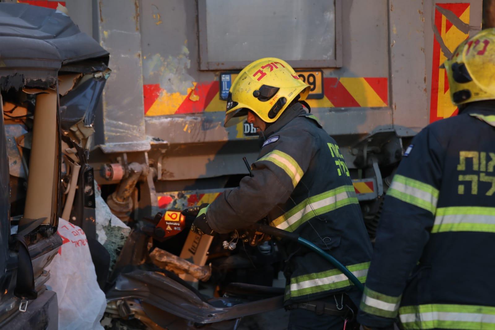 حادث طرق وسط البلاد: مصرع فلسطينيين و6 إصابات بينها خطيرة