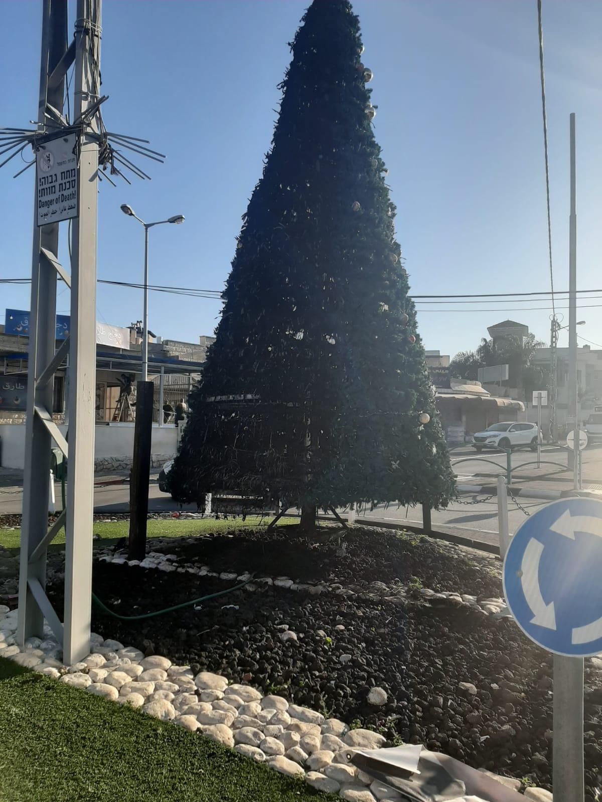 جديدة المكر: إضرام النار بشجرتي عيد الميلاد بعد الاحتفال بإضاءتهما
