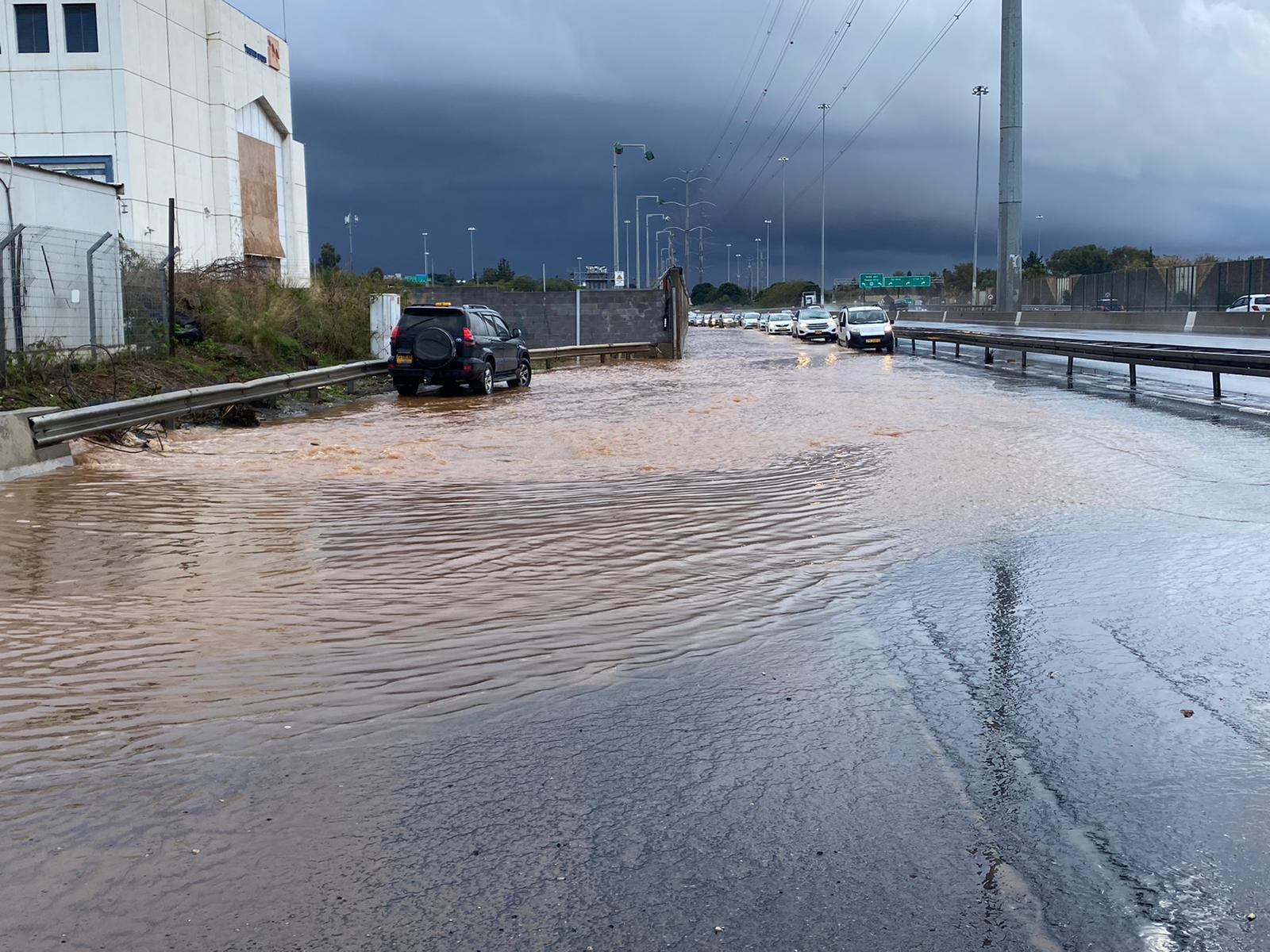 وفاة شاب وامرأة جراء الفيضانات في يافا وتل أبيب