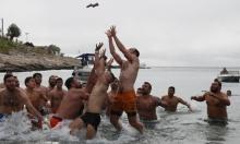 أوروبيون يحتفلون بعيد الغطّاس وسط أجواء باردة