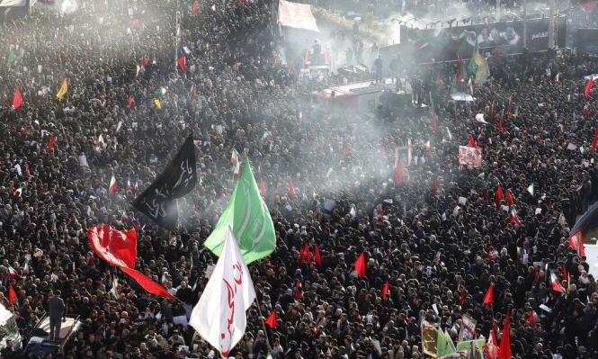 طهران: مئات الآلاف يشيعون سليماني وخامنئي يؤم بصلاة الميت