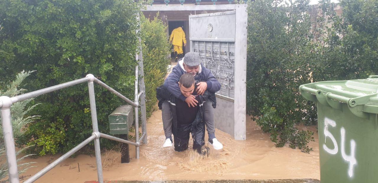 استمرار إغلاق شوارع بسبب الفيضانات في البلاد