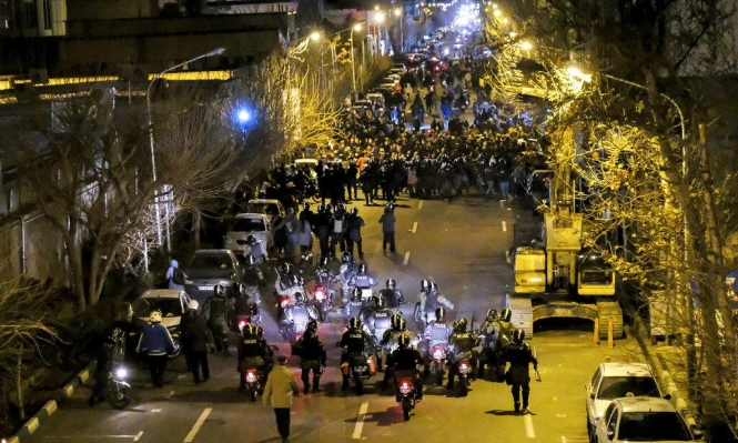 """طهران """"تضبط النفس"""" إزاء التظاهرات"""