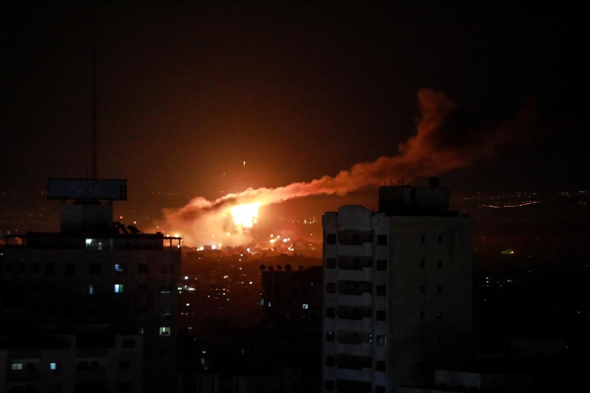 الاحتلال يُغير على مواقع في غزة
