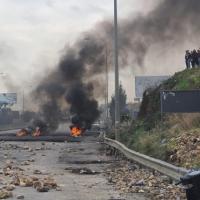 لبنان: إغلاق طرق واحتجاجات واسعة وحكومة وشيكة