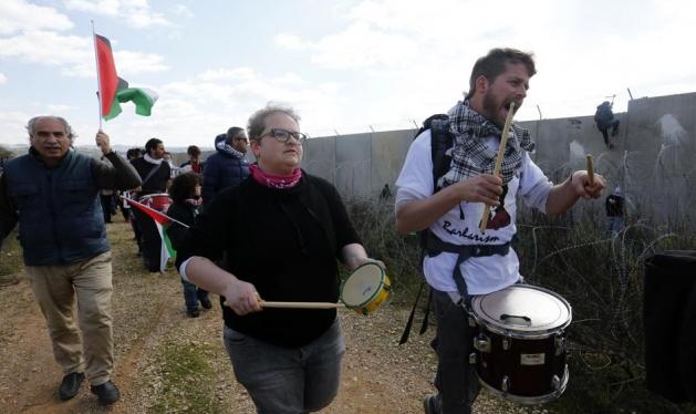 بينيت يمنع دخول نشطاء يساريين إسرائيليين للضفة الغربية